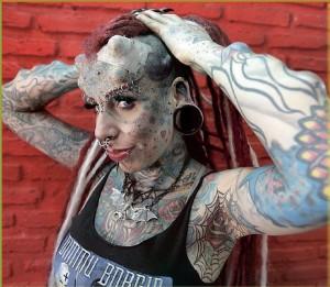 Horn i panden og en masse ekstreme tatoveringer